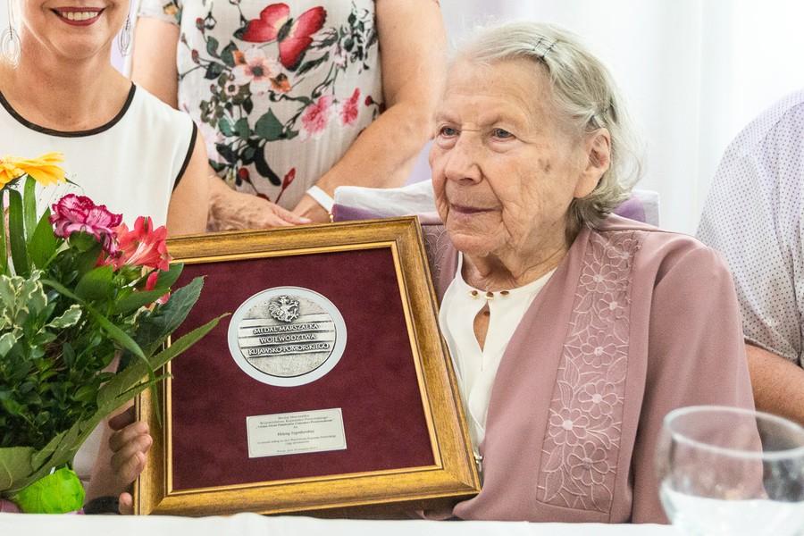 Wręczenie medalu Unitas Durat Helenie Szymborskiej, fot. Szymon Zdziebło/tarantoga.pl