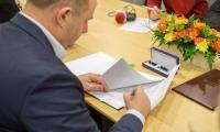 Podpisy na umowach dotyczących finansowania marszałkowskich programów na rzecz natury złożyli marszałek Piotr Całbecki, członek zarządu województwa Aneta Jędrzejewska i prezes WFOŚiGW Emilia Kawka-Patek; fot. Szymon Zdziebło/tarantoga.pl dla UMWKP