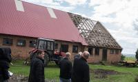Marszałek Piotr Całbecki wizytuje tymczasowe lokum państwa Gończ w Pamiętowie, fot. Tymon Markowski dla UMWKP