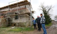 Marszałek Piotr Całbecki wizytuje odbudowę domu rodziny Lodzińskich w Sitowcu, fot. Szymon Zdziebło/tarantoga.pl dla UMWKP