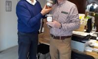 pan Conor Daly podczas wizyty w firmie Apicom