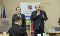 Czesław Ficner z-ca dyr. Departamentu Edukacji i Kształcenia Ustawicznego wita uczestników konkursu