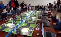 Uczniowie podczas  programowania inteligentnego miasta