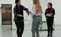 Laureatce I miejsca Zuzannie Kononowicz nagrodę wręcza M. Cyganek