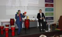 Piotr Wajrak i Mariusz Grudzień prezentują instrumenty muzyczne