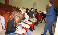 Piotr Wajrak uczy grać na instrumentach perkusyjnych