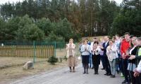 Goście i społeczność szkolna obecna przy odsłonięciu Kamienia Pamięci