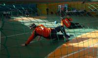 Mecz goalballa pomiędzy trzyosobowymi drużynami Bydgoszczy (pomarańczowe stroje) i Katowic (stroje niebieskie). Zdjęcie wykonane zza bramki bydgoskiej drużyny przedstawia graczy rywalizujących ze sobą podczas spotkania grupowego. Turniej odbywał się na terenie kompleksu sportowego CWZS Zawisza Bydgoszcz, fot. Jacek Knychała