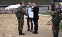 Tadeusz Kierel wręcza nagrodę Danielowi Mrozińskiemu  najlepszemu strzelcowi zawodów; foto.  Ryszard Dorożyński