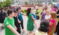 Nauczycielka z KPSOSW zaprasza uczestników do integracyjnego tańca
