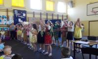 Prezentacja poprzez śpiew i taniec, fot. Danuta Potręć KPCEN w Toruniu