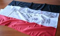 flaga województwa kujawsko-pomorskiego z autografami sportowców, fot. Andrzej Goiński