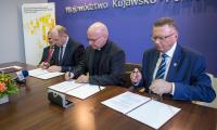Uroczyste podpisanie umowy o dofinansowanie projektu Brodnickiego Centrum Caritas, fot. Szymon Zdziebło/Tarantoga.pl