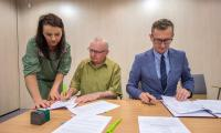 Uroczystość podpisania umów z beneficjentami wsparcia, fot. Szymon Zdziebło/Tarantoga.pl