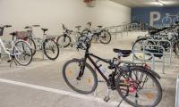 Stanowiska dla rowerów w kompleksie lecznicy na Bielanach, fot. Łukasz Piecyk dla UMWKP