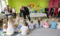 Spotkanie marszałka Piotra Całbeckiego z dziećmi z przedszkola Zielony Zakątek w Unisławiu, fot. Szymon Zdziebło/Tarantoga.pl