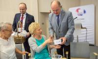 Marszałek Piotr Całbecki przekazał bransoletki życia pierwszej dziesiątce uczestników programu, fot. Szymon Zdziebło/tarantoga.pl dla UMWKP
