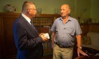5 lipca wicemarszałek Zbigniew Ostrowski wręczył bransoletkę życia p. Jerzemu Tomaszewskiemu, fot. Filip Kowalkowski dla UMWKP