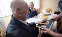 Wizyta wicemarszałka Zbigniewa Ostrowskiego w domu Antoniego Ciszka, fot. Filip Kowalkowski