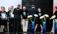 """Nagrodę dla zespołu Lokalnej Grupy Działania """"Bory Tucholskie"""" odebrali Michał Bucholz, Magdalena Kurpinowicz i Karol Gutsze, fot. Andrzej Goiński"""