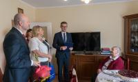 Wizyta wicemarszałka Dariusza Kurzawy i radnej Elżbiety Piniewskiej u Pelagii Szuflady, fot. Łukasz Piecyk
