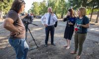 O szczegółach przebiegu uroczystości odsłonięcia pomnika marszałek Piotr Całbecki poinformował regionalnych dziennikarzy podczas konferencji prasowej na skwerze przy ulicy Uniwersyteckiej, fot. Szymon Zdziebło/tarantoga.pl