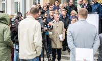 Informację o osiągnięciu wymaganego poziomu certyfikacji marszałek Piotr Całbecki wspólnie ze współpracownikami ogłosił dziś (2 października) przed Urzędem Marszałkowskim, fot. Andrzej Goiński