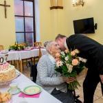 Marszałek Piotr Całbecki był gościem 107 urodzin Elżbiety Rogali, fot. Łukasz Piecyk