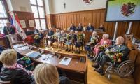 W kwietniu, podczas sesji sejmiku województwa podejmowaliśmy rówieśników Niepodległej – seniorów urodzonych w latach 1912-1918, którzy sięgają pamięcią pierwszych lat restytucji odrodzonego państwa polskiego, fot. Szymon Zdziebło/tarantoga.pl