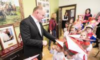 Przedszkolaki zaprezentowały dziś (8 listopada) w Urzędzie Marszałkowskim spektakl z okazji setnej rocznicy odzyskania niepodległości, fot. Andrzej Goiński