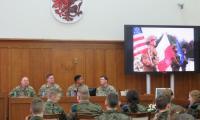 4 żołnierzy z I Batalionu VII Pułku Artylerii Polowej podczas spotkania z uczniami klas mundurowych