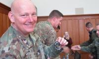 Emblemat LO nr VI przekazany na ręce przedstawicieli armii amerykańskiej