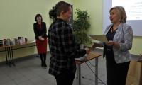 Laureatka 3. miejsca, Weronika Bodnar odbiera nagrodę od dyrektor PBW