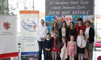 Uczniowie SP w Niszczewach z opiekunem
