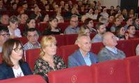 Goście zebrani w teatrze, wśród nich Prezydent Ryszar Brejza