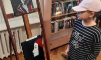 Prace malarki podziwiali goście przybyli do biblioteki Medyka, fot. Agata Pasternak