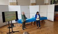 Grazyna Szczepańczyk prezentuje  nagrodzone gry dydaktyczne