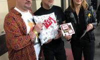 przekazanie poduszki uszytej przez dzieci z Kliniki Psychiatrii na ręce muzyków zespołu Dżem
