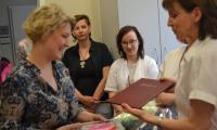 prezes Stowarzyszenia p. Izabela Hirsz - Lewandowska otrzymuje oficjalne podziękowanie