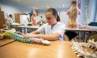Uczniowie Ośrodka Braille'a korzystają już z nowych pracowni do nauki w zawodach: masażysta, ślusarz oraz monter maszyn i urządzeń, fot. Filip Kowalkowski