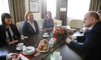 Przedstawicielki KE odwiedziły nas w tłusty czwartek, zostały więc podjęte pączkami, fot. Mikołaj Kuras dla UMWKP