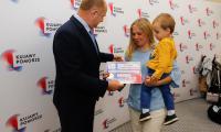 """Uroczystość wręczenia voucherów w ramach projektu """"Aktywna Mama, aktywny Tata"""", fot. Mikołaj Kuras"""