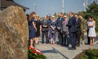 Złożenie przez delegację szkockiego regionu Fife kwiatów pod  obeliskiem upamiętniającym ofiary obozów jenieckich na toruńskich Glinkach, fot. Szymon Zdziebło/tarantoga.pl