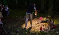 Młodzi Szkoci zapalili znicze w miejscach pamięci w Toruniu, fot. Andrzej Goiński