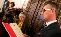 Wanda Łukasiewicz odebrała medal Unitas Durat z rąk wicemarszałka Dariusza Kurzawy, fot. Andrzej Goiński
