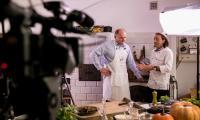 Spoty filmowe z przygotowania potraw z gęsiny z udziałem marszałka Piotra Całbeckiego i Michela Morana nakręcono w odrestaurowanym dworku Orpiszewskich w Kłóbce, fot. Andrzej Goiński