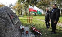 Ceremonia złożenia kwiatów pod poświęconą Stefanowi  Łaszewskiemu  tablicą pamiątkową w Brąchnówku