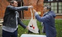 Akcja rozdawania gęsich tuszek zwycięzcom konkursów w Toruniu, fot. Mikołaj Kuras