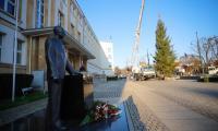 Choinka dotarła na plac przed Urzędem Marszałkowskim, fot. Mikołaj Kuras