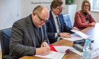 Podpisanie umowy na realizację inwestycji, fot. Szymon Zdziebło/tarantoga.pl